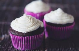 chocolate cupcakes with vanilla buttercream frosting_hot for food